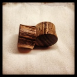 Nussbaum-Plugs mit hellen Einschlüssen