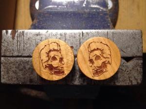 Holzplugs mit gelasertem Skull