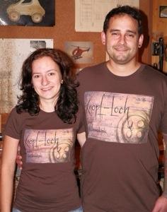 Corinna und Matthias mit den neuen Knopf-Loch-Shirts