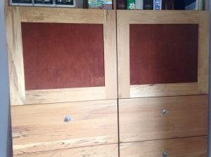 Schrank mit Rindentuch-Tür